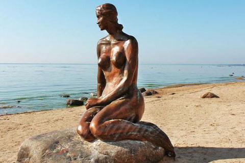 Бронзовая статуэтка женшен на камне ручная работа в искусстве на улице