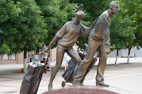 Бронзовая статуэтка женщины с мужчиной работа в искусстве на улице в искусстве