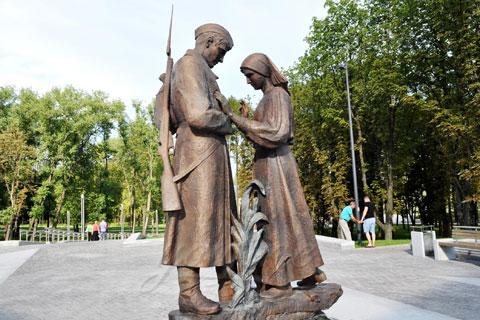Бронзовая статуэтка женщины с мужчиной  работа в искусстве на улице
