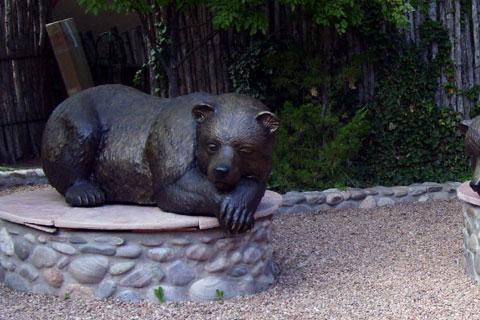 Героическая скульптура спящего медведяиз меди в искусстве для декорации