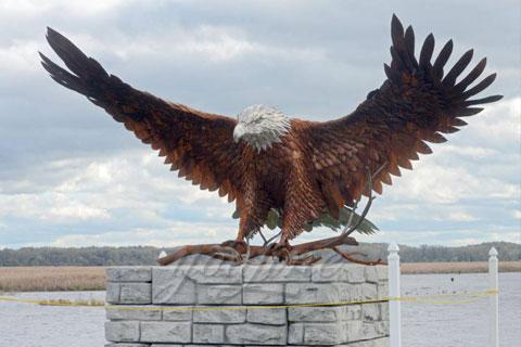 Декоративная статуэтка орла в искусстве из бронзы на улице