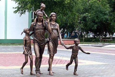 Заказать бронзовую статуэтку  женщины с детьми ручная работа на улице в искусстве для продажи
