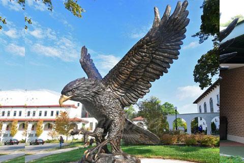 Изобразительная скульптура орла на ветке из меди как вид искусства в царском селе