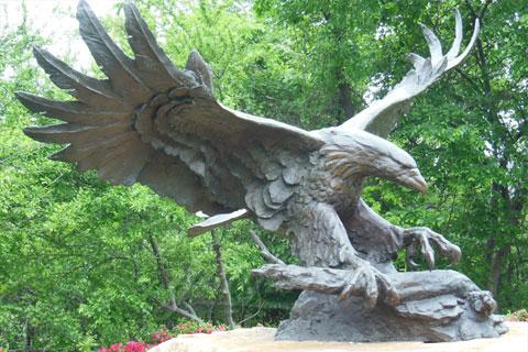 Прикладная скульптура орла из бронзы известных стилей