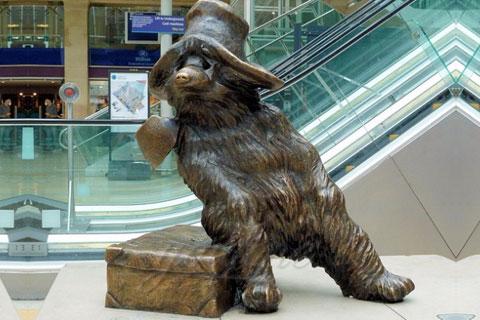Романская скульптура Медведя идущего из меди человека в истории скульптуры в царском селе