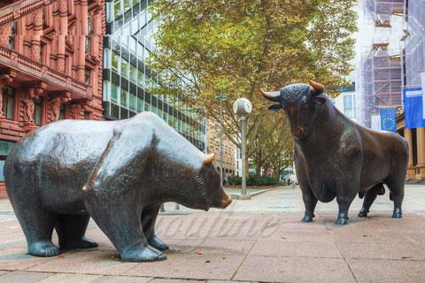 Романская скульптура медведи из бронзы