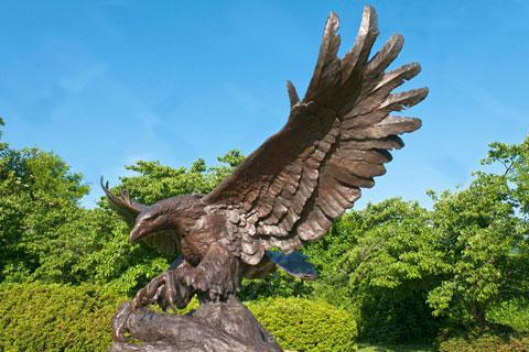 Романская скульптура орла из бронзы как вид изобразительного искусства в искусстве