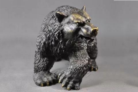 Романская скульптура ревущего медведя из бронзы