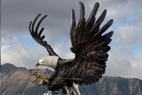 Скульптура орла на камне в искусстве из бронзы