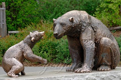 Статуэтка из бронзы Медведицы с медвежонкомв искусстве для декорации на улице