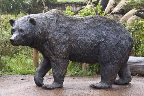 Статуэтка из бронзы медведя идущего искусстве для декорации на улице