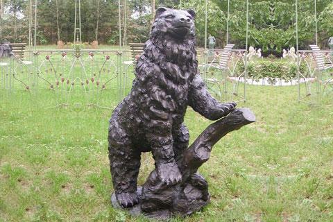 Статуэтка из бронзы медведя на пне в искусстве для декорации