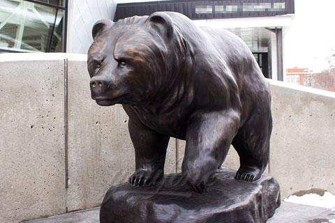 Храбрая скульптура Медведя из бронзы в царском селе в искусстве