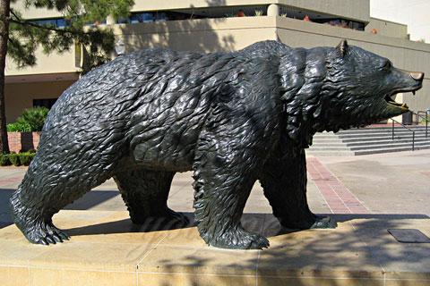 Храбрая скульптура идущего медведя из бронзы в царском селе в искусстве