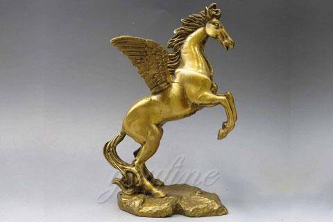 Интересная скульптура лошади м из бронзы на постаменте в искусстве