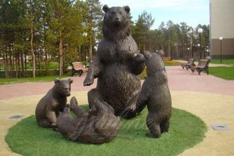 интересная скульптур медведя с медвежонком из бронзы на постаменте в искусстве