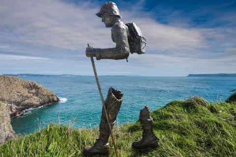 Бронзовая скульптура путешественник