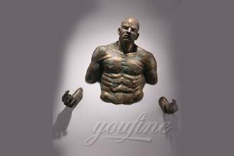 Известная Скульптура человек проходящий сквозь стену для декора