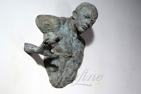 Искусственная Скульптура человек проходящий сквозь стену в интерьере