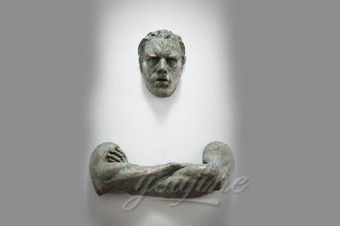 Искусственная Скульптура человек проходящий сквозь стену для декора