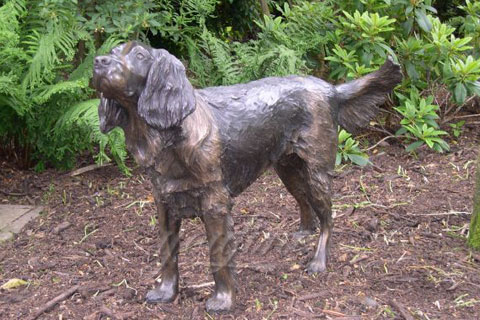 Красивая  домашняя собакаиз бронзы в искусстве для декора