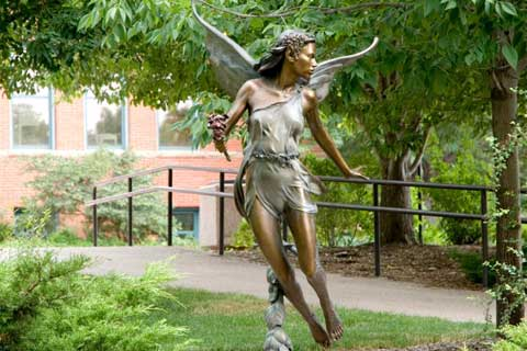 Красивая скульптура ангела в искусстве на улице