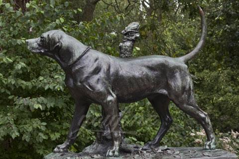 Милая домашняя собакаиз бронзы в искусстве для декора