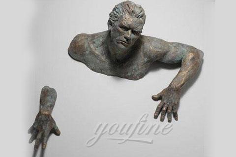 Проходящий сквозь стены скульптура, в интерьере для декора
