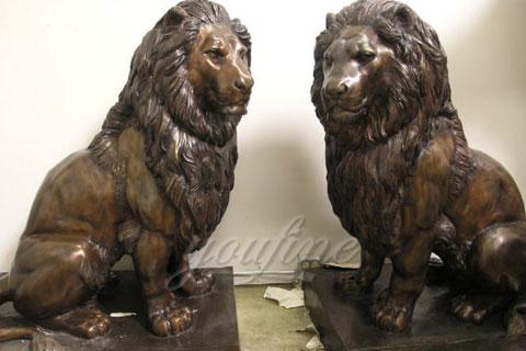 Скульптура Сидящего Льва для декора на улице