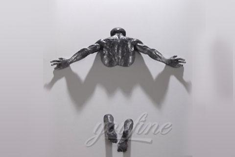 Скульптура человек проходящий сквозь стену для декора