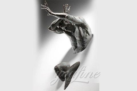 Скульптуры «Проходящий сквозь стены» в интерьере