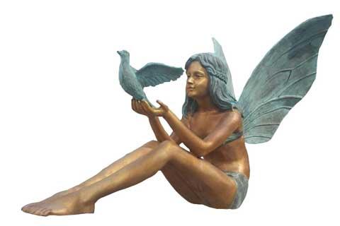 Уличная скульптура ангела с птицей в искусстве для декора
