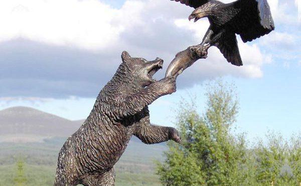 Большой открытый бронзовый медведь тянется к статуе Орла для продажи