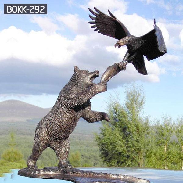 Большой открытый бронзовый медведь тянется к статуе Орла для продажи BOKK-292