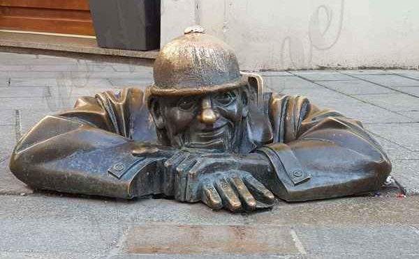 Знаменитый бронзовый человек за работой статуя в Братиславе с завода