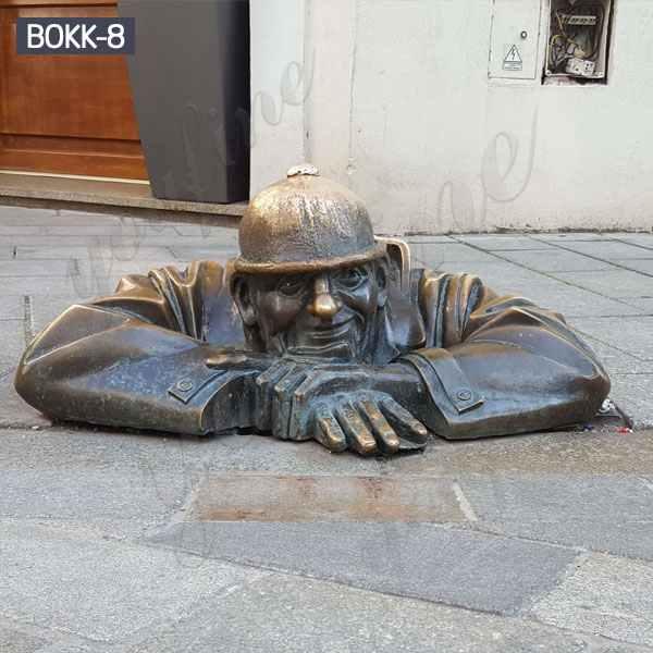 Знаменитый бронзовый человек за работой статуя в Братиславе с завода BOKK-08