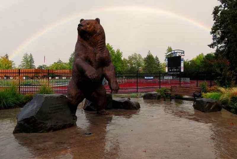 скульптура бронзового медведя